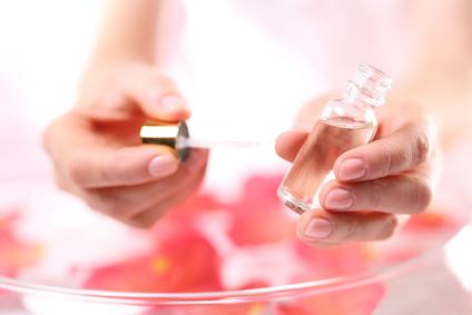 Kobieta maluje paznokcie olejkiem do skrek i paznokci